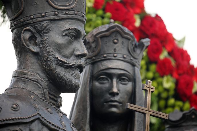 NIZHNY NOVGOROD REGION, RUSSIA - JULY 31, 2017: The opening of statues of Tsar Nicholas II of Russia and his family by Irina Makarova in the Holy Trinity St Seraphim Diveyevo Convent. Alexander Ryumin/TASS Ðîññèÿ. Íèæåãîðîäñêàÿ îáëàñòü. 31 èþëÿ 2017. Âî âðåìÿ îòêðûòèÿ ïàìÿòíèêà ñåìüå èìïåðàòîðà Íèêîëàÿ II íà Ñîáîðíîé ïëîùàäè Ñâÿòî-Òðîèöêîãî Ñåðàôèìî-Äèâååâñêîãî ìîíàñòûðÿ. Ìàêåò ïàìÿòíèêà áûë ðàçðàáîòàí ïðåïîäàâàòåëåì Àêàäåìèè æèâîïèñè, âàÿíèÿ è çîä÷åñòâà Èëüè Ãëàçóíîâà, ñêóëüïòîðîì Èðèíîé Ìàêàðîâîé. Àëåêñàíäð Ðþìèí/ÒÀÑÑ